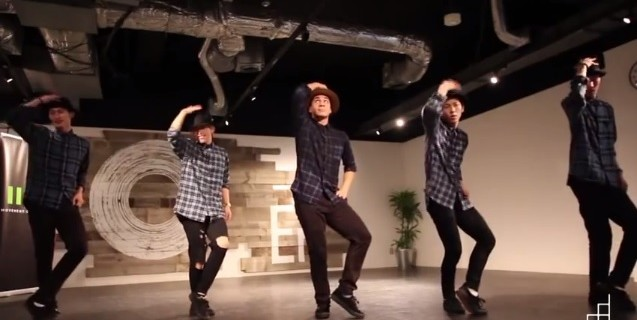 【ハットをくるりんパッ!】SAGA FLIKKAとChrisMartinのオシャレなダンスを見よう♪